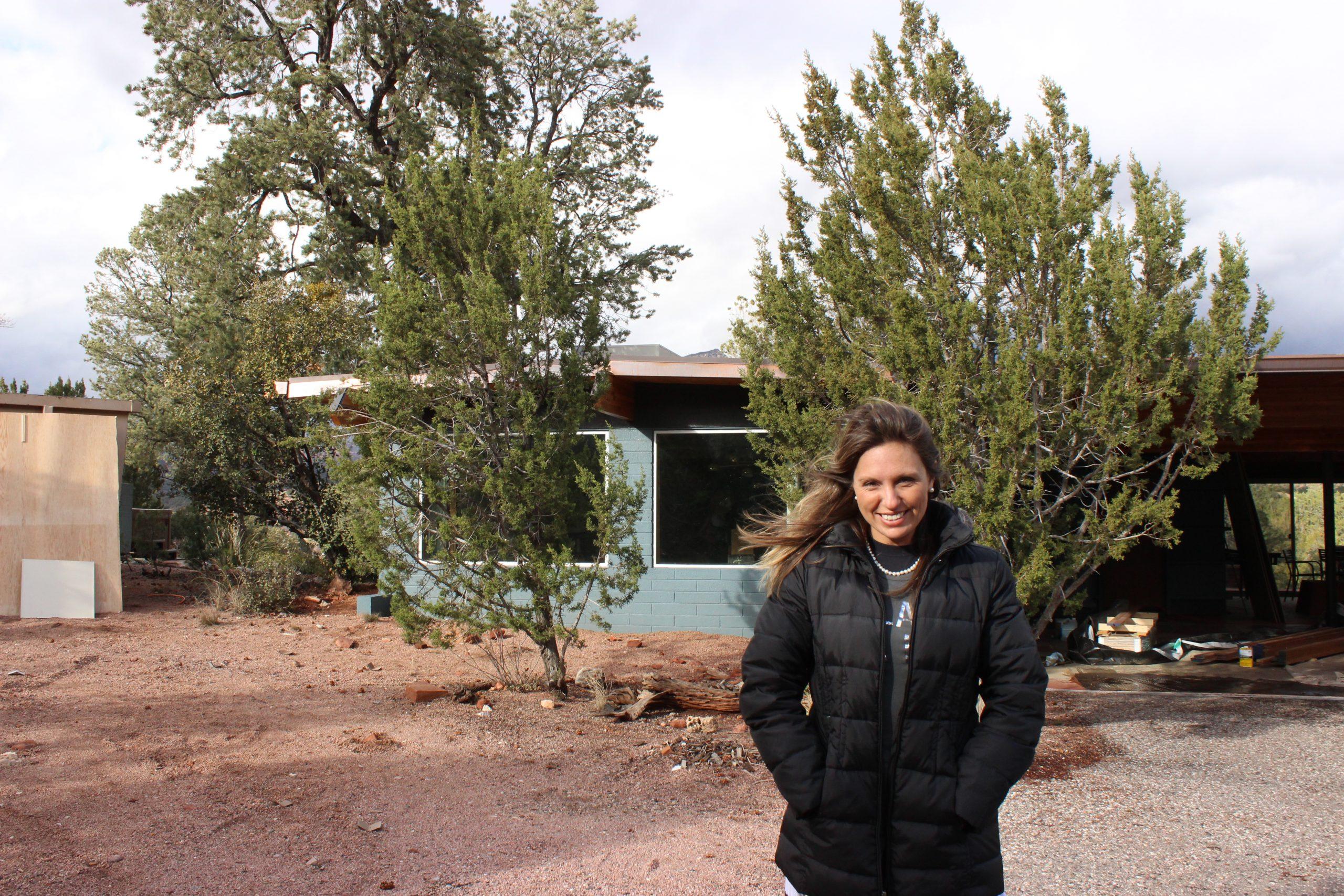Amanda Tosi em frente à antiga casa de Harvey Nininger.