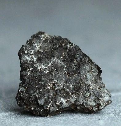 Um dos fragmentos do meteorito Almahata Sitta. Foto: Alan Manzur