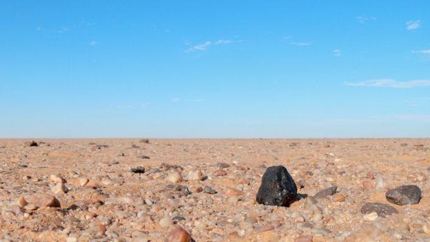 Fragmento do Meteorito Almahata Sitta, oriundo do asteroide 2008 TC3, descoberto 21 horas antes de colidir com a Terra. Fonte: bbc.com