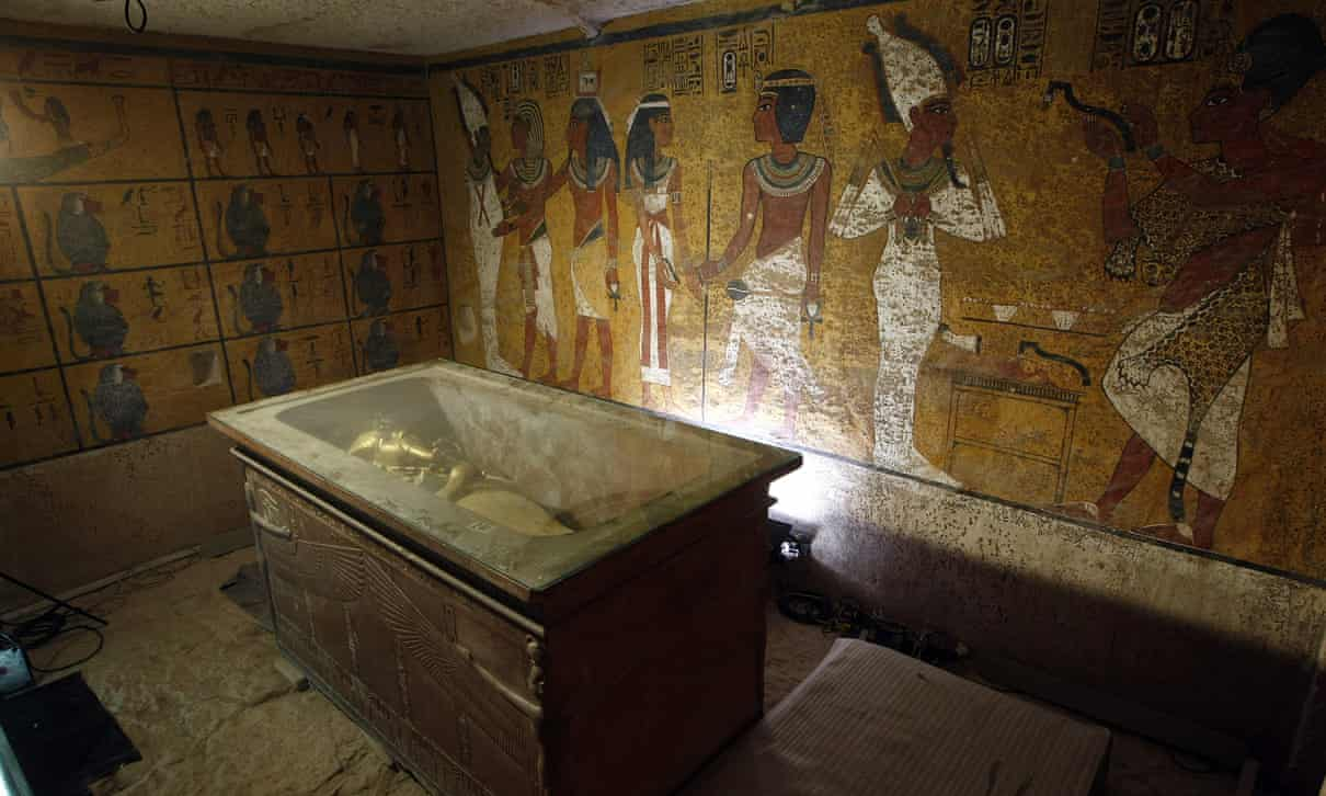 O sarcófago do rei Tutancâmon em sua câmara funerária depois que a múmia foi colocada em uma urna de vidro projetada para proteger os restos da umidade e outras contaminações (The Guardian).