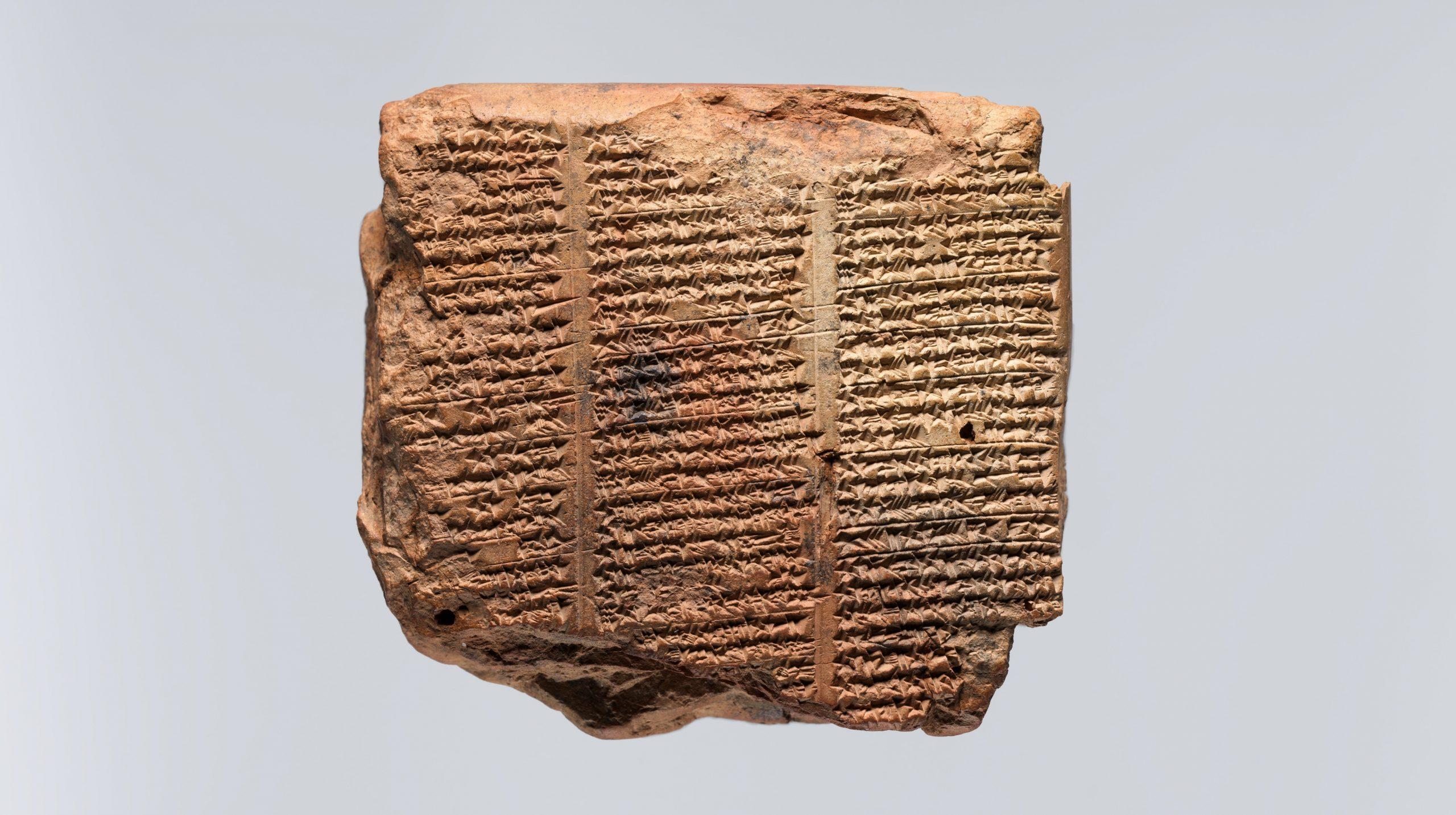 Escrita cuneiforme em tábua de argila da região da Mesopotâmia, datado entre 1000 a.C. - 1 d.C. (Metmuseum.org)