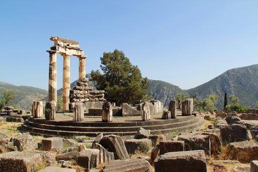 Ruínas do Oráculo de Delfos no Monte Paladino, localizado na região central da Grécia. Fonte: Visitgreece.gr