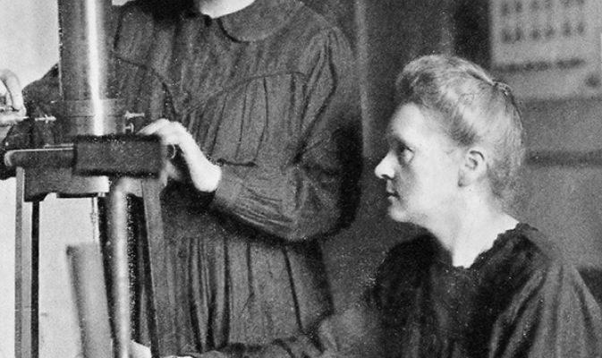 Marie e Irène Curie no laboratório.