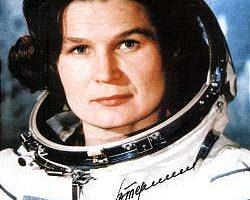 Valentina com traje espacial.